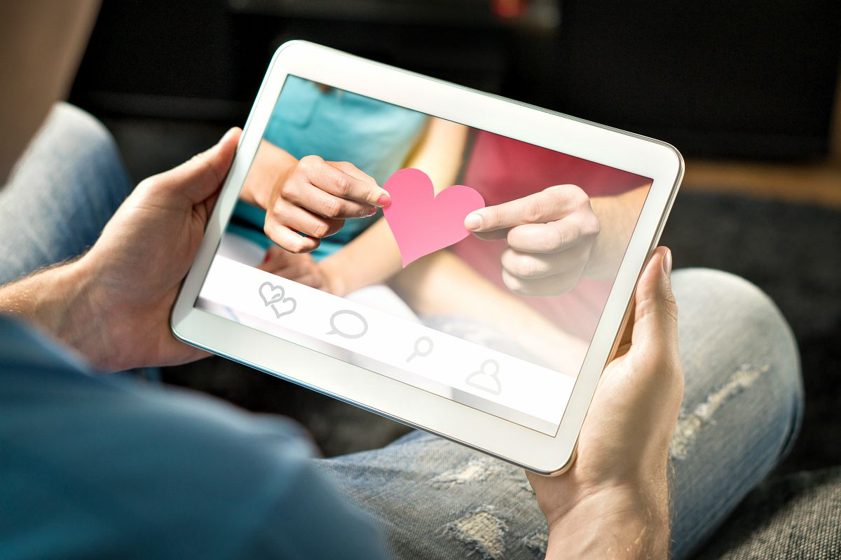 Man finding love from internet using app | Survivalist Dating Sites: Seeking A friend For The End Of The World