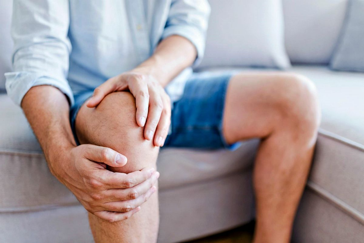 A man olding the knee with pain | Turmeric Benefits: Improving Your Health And Natural Healing At Home