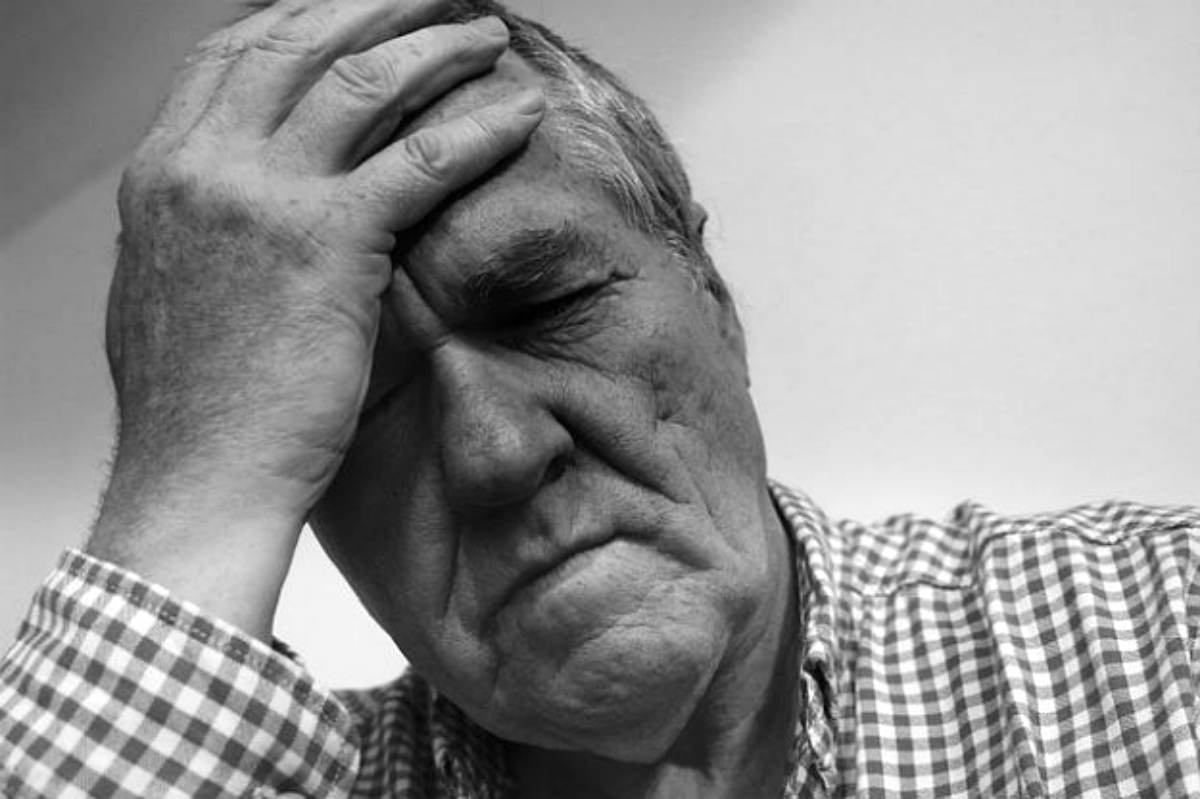 Senior having head ache | Heart Attack Signs You Should Know To Survive When You Are Alone